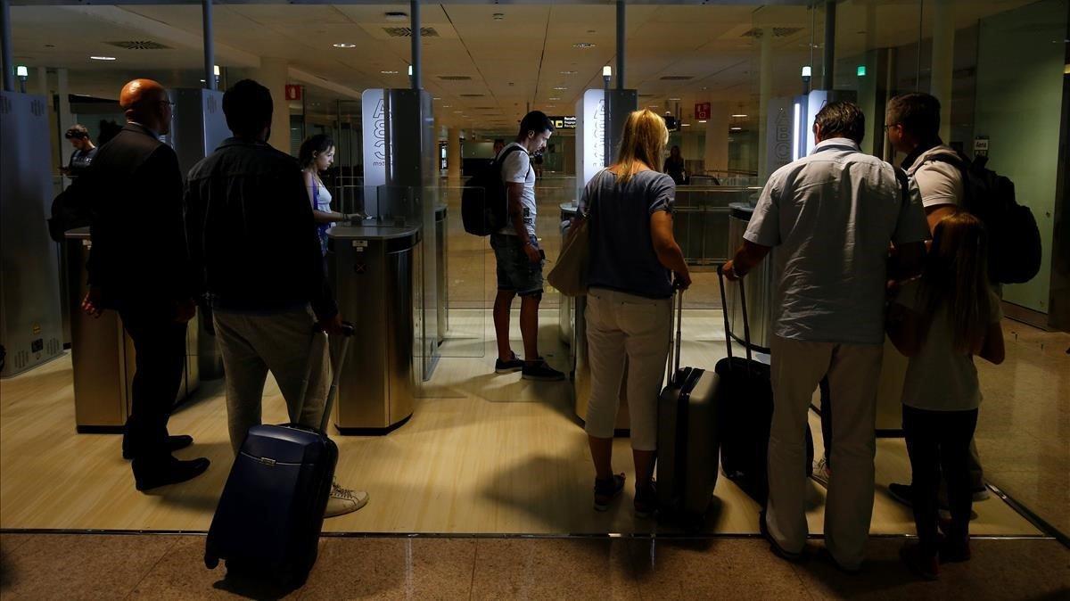 Un control de pasaportes en el aeropuerto de El Prat, en Barcelona.