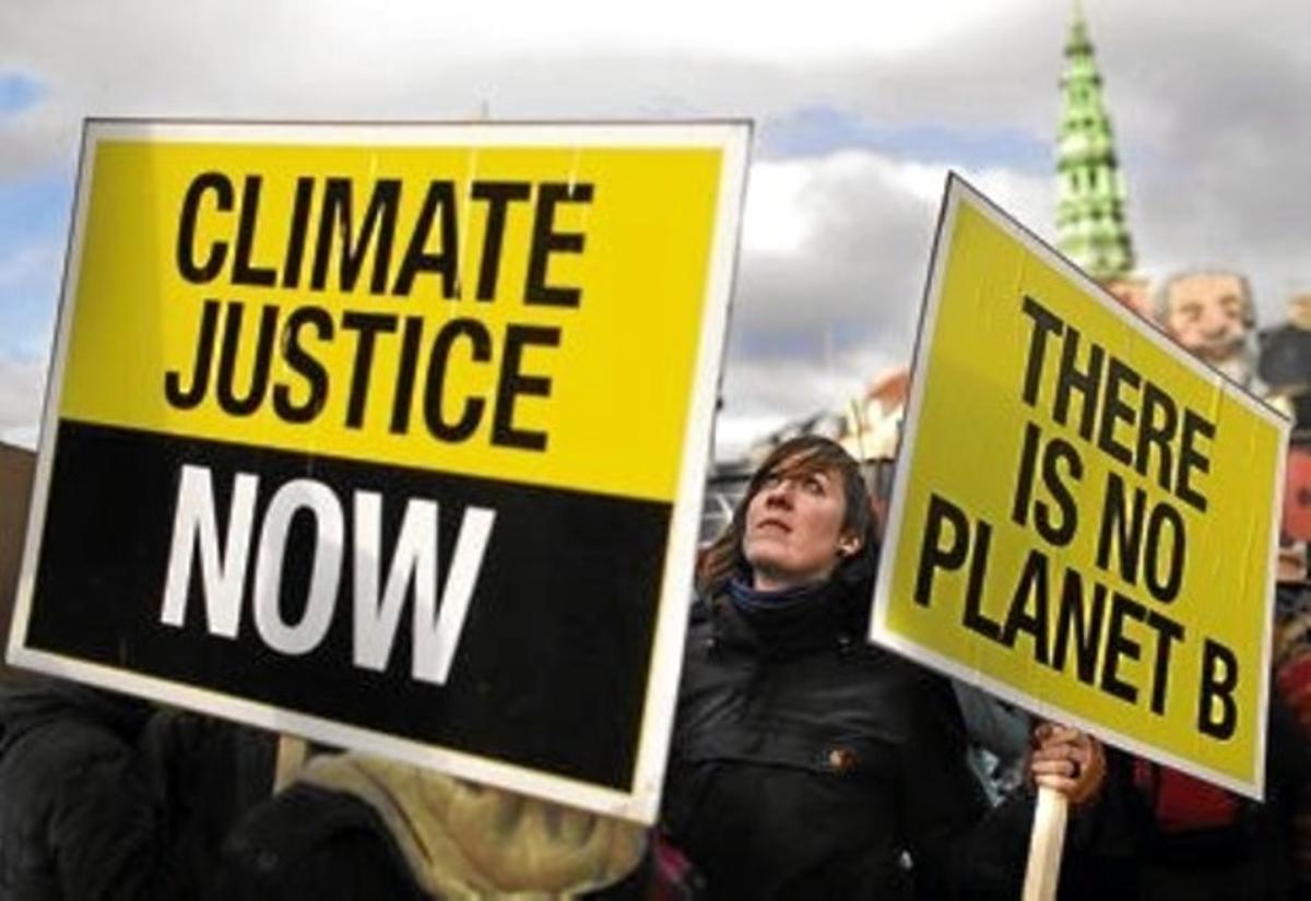 Dues pancartes de la manifestació d'ahir a Copenhaguen: «Justícia climàtica ara» i « No hi ha planeta B».