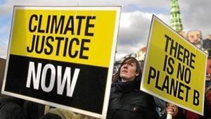 Dos pancartas en la manifestación de ayer en Copenhague: «Justicia climática ahora» y « No hay planeta B».