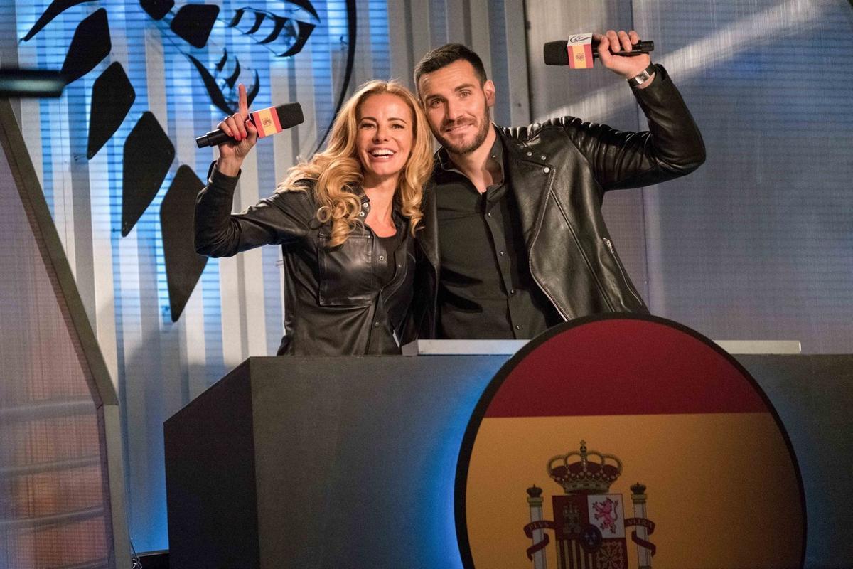 La presentadora Paula Vázquez y el ganador de la segunda temporada de 'Masterchef celebrity' , Saúl Craviotto, son los presentadores de la versión española del concurso 'Ultimate Beastmaster' (Netflix).