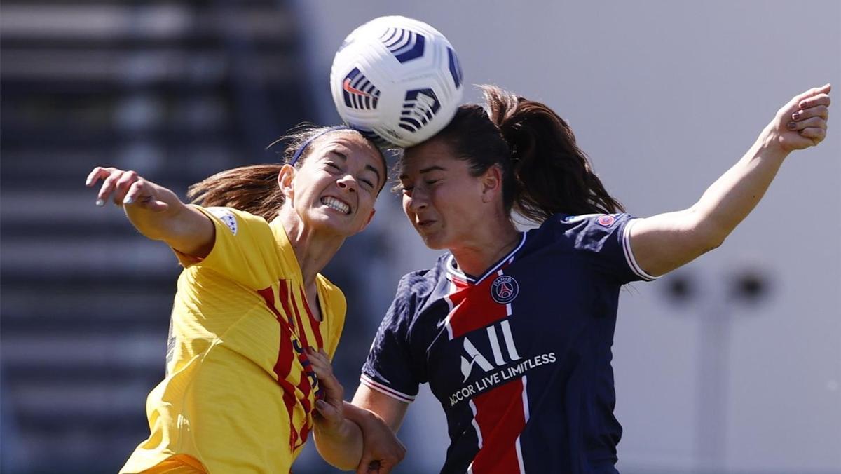 Aitana Bonmatí pugna por el balón con Sara Däbritz.