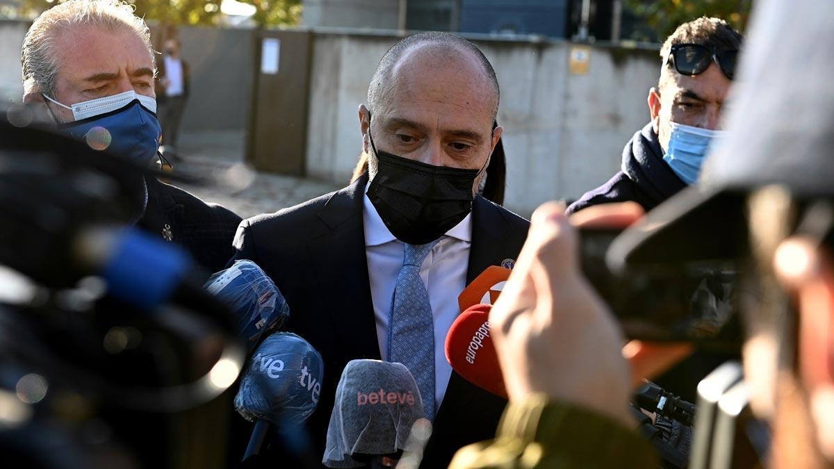 La Audiencia Nacional comienza a juzgar a los tres acusados por los atentados del 17-A en Barcelona y Cambrils. En la foto, el abogado de la Asociación de Víctimas por el Terrorismo (AVT), Antonio Guerrero, a su llegada a la Audiencia.