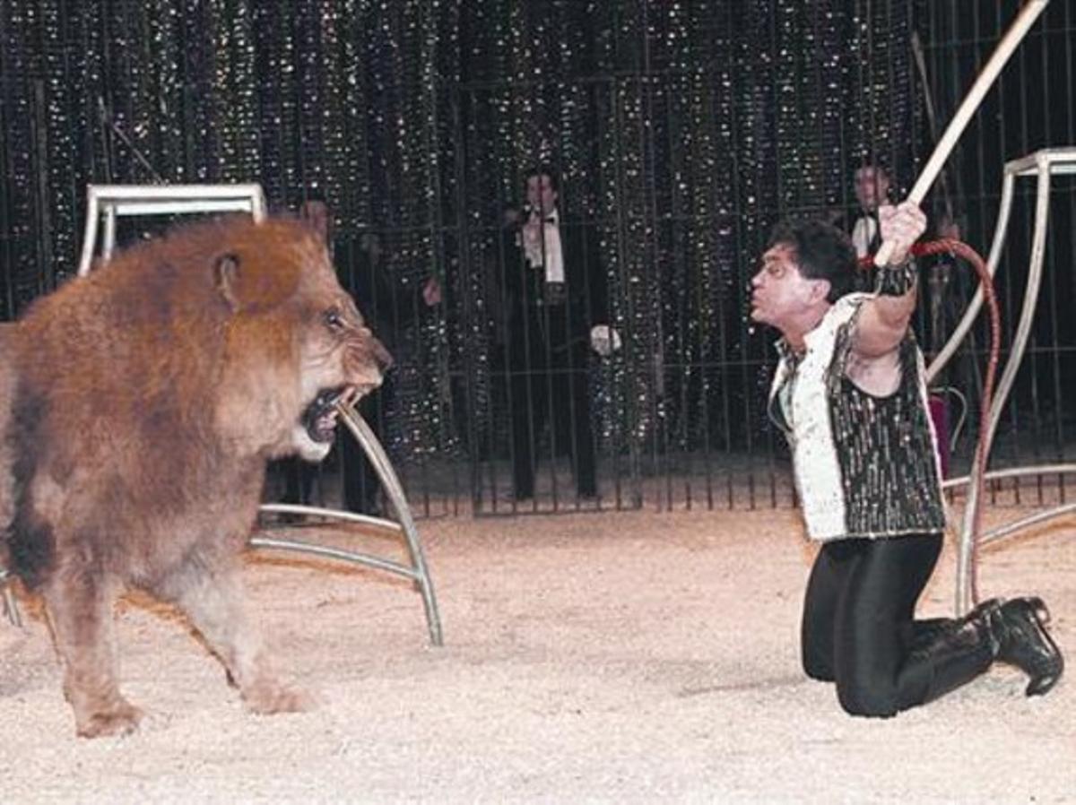 Passat 3 Una actuació d'Ángel Cristo a Barcelona, el 1997, abans que la ciutat vetés les feres.