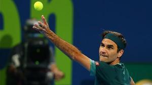 Federer ejecuta un saque en Doha.