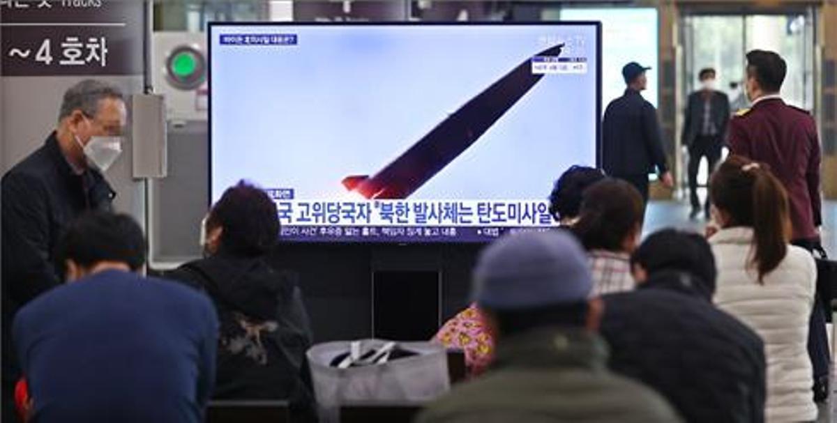 Los ciudadanos surcoreanos ven las noticias sobre el disparo de misiles de Corea del Norte en la estación de Suseo en Seúl.