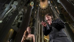 Lasoprano María Hinojosa y Kazushi Ono en un momento del concierto ofrecido con la OBC en la Sagrada Familia en el 2015.