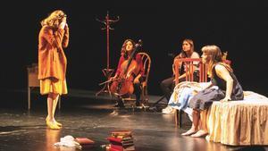 Una escena del musical dramático 'Una llum tímida', con las dos actrices y las dos músicas.