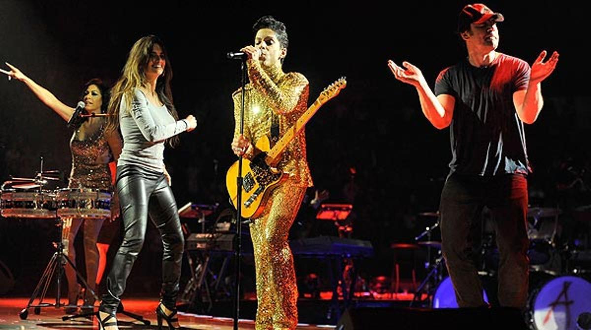 Penélope Cruz y Javier Bardem salen a bailar en un concierto de Prince.