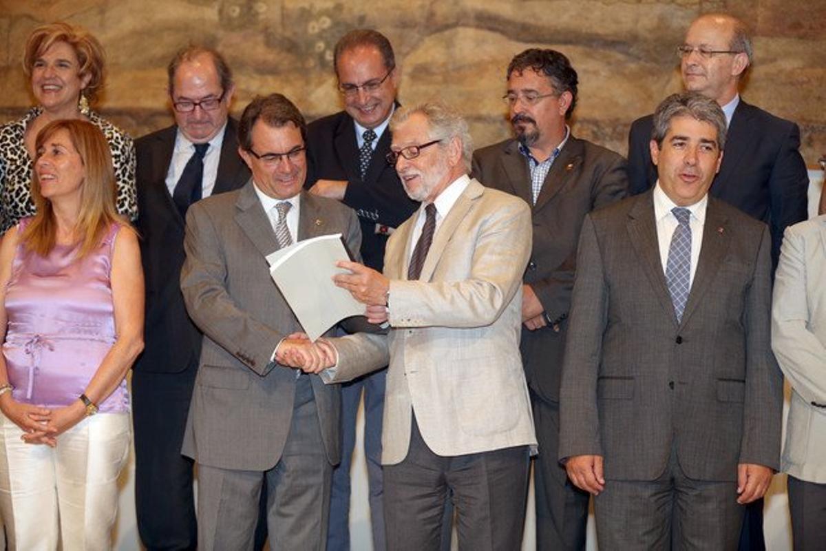 El presidente del CATN, Carles Viver Pi i Sunyer, entrega el informe al 'president' Artut Mas.