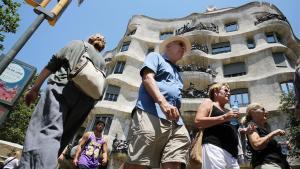 El sector turístico contribuyó a mejorar el crecimiento económico en el primer trimestre. En la foto, turistas ante la Pedrera.