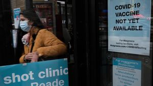 Carteles pidiendo el uso de mascarilla en una farmacia de Nueva York.