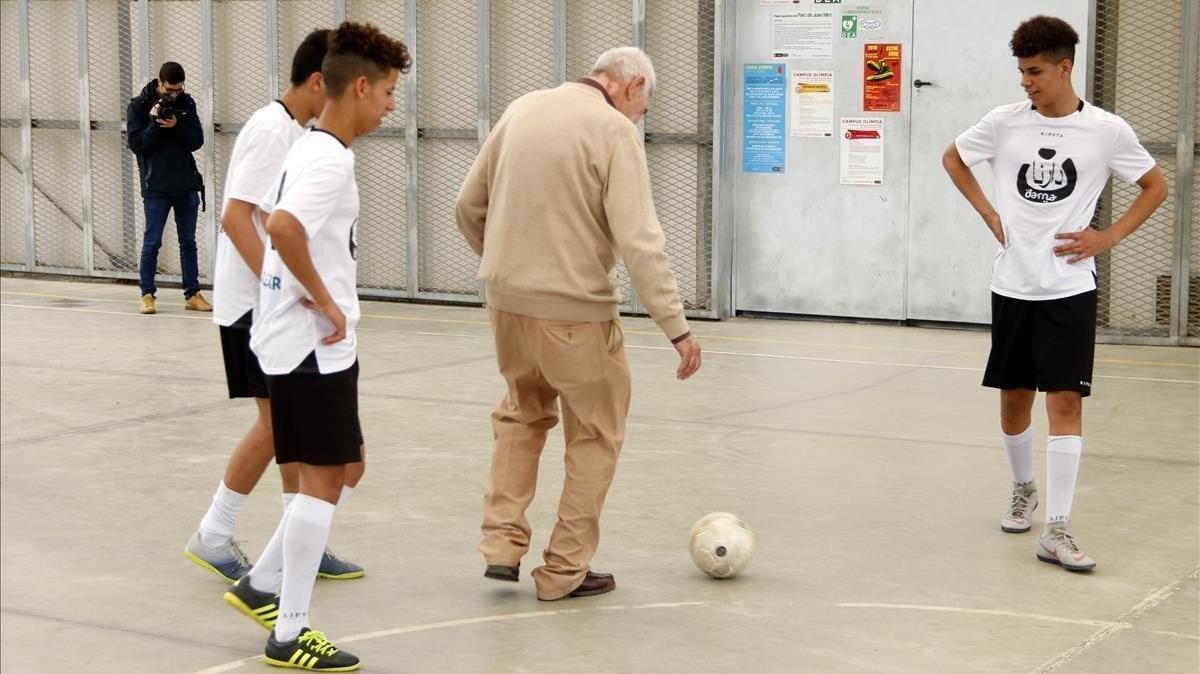 El alcaldable de ERC en Barcelona, Ernest Maragall, juega un partido de fútbol con menas
