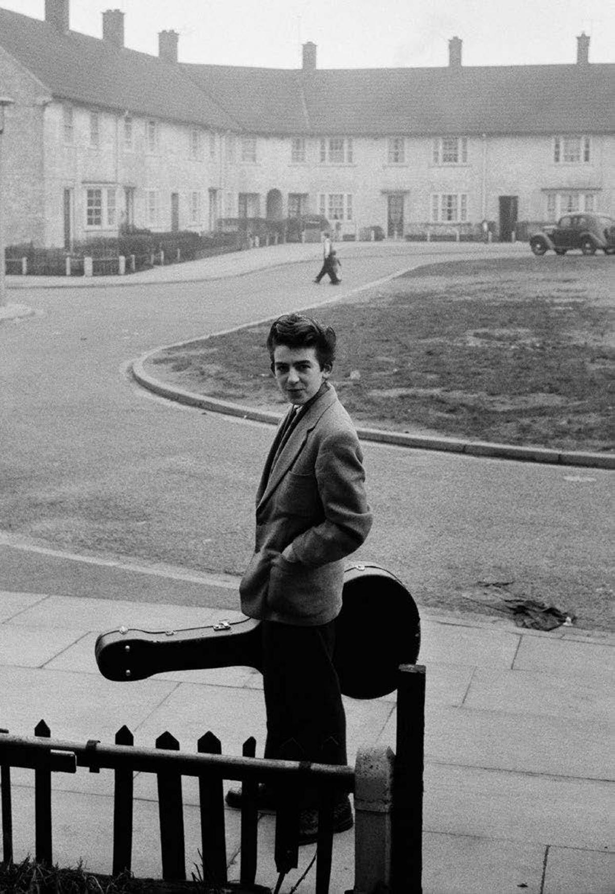 El joven George con una guitarra en Uptown Green, Liverpool