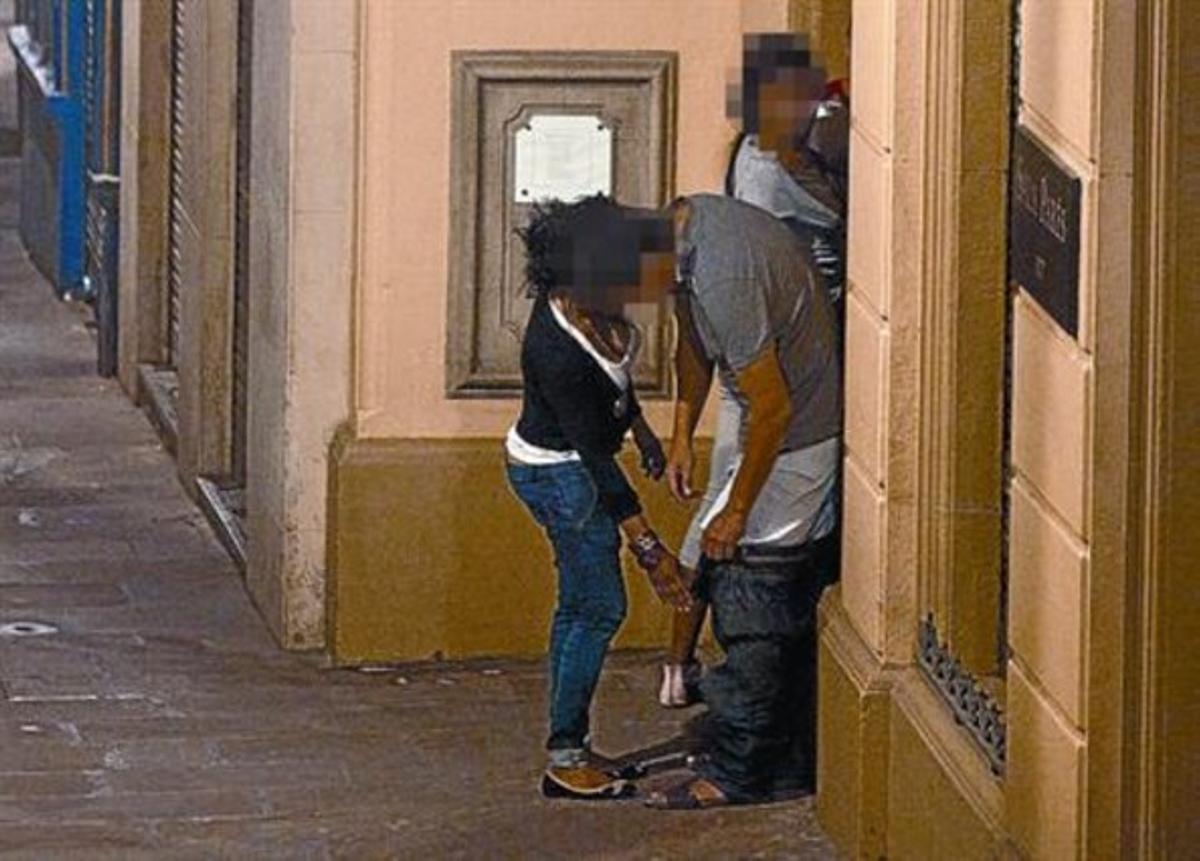 1 de octubre del 2011. Prostitutas nigerianas y clientes en pleno intercambio sexual en la calle de Petritxol, la madrugada del sábado pasado.