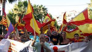 Ciudadanos de Castelldefels en una manifestaciónen contra de la adhesión de Castelldefels a la AMI, en julio del 2015.