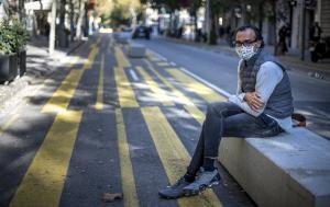 El empresario Sergi Ferrer-Salat, en un banco de cemento de la calzada de la calle de Consell de Cent.
