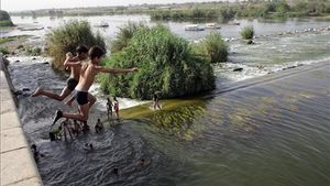 Unos niños juegan a tirarse al río Nilo este fin de semana.