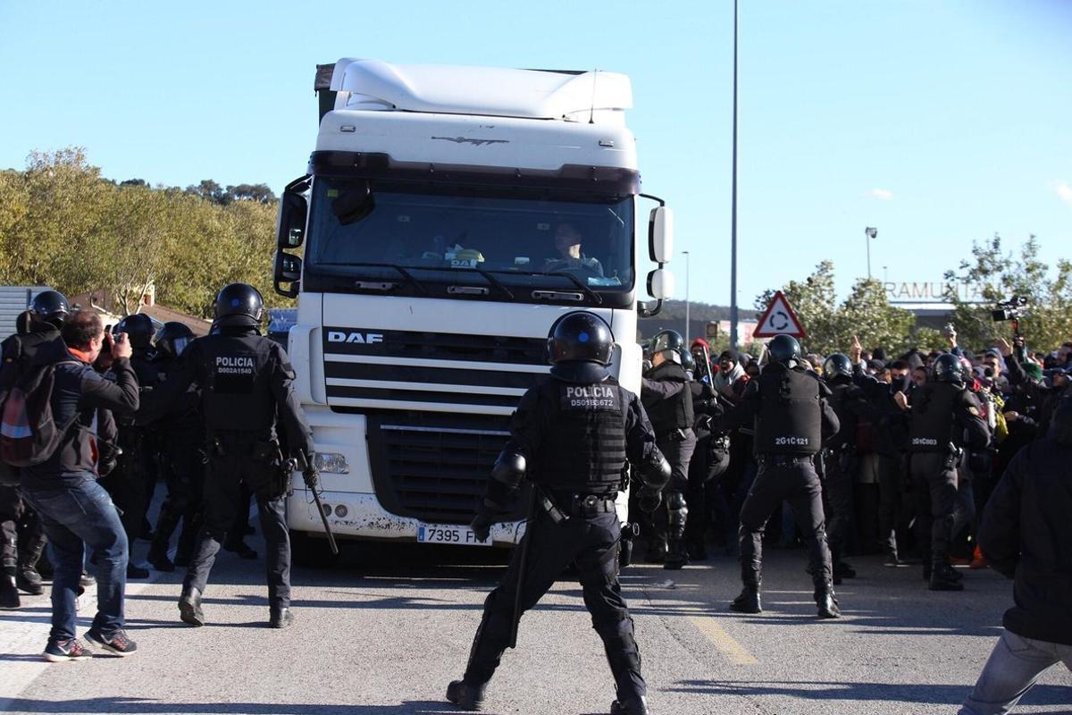Un camionero intenta atropellar a los concentrados en la N-2.