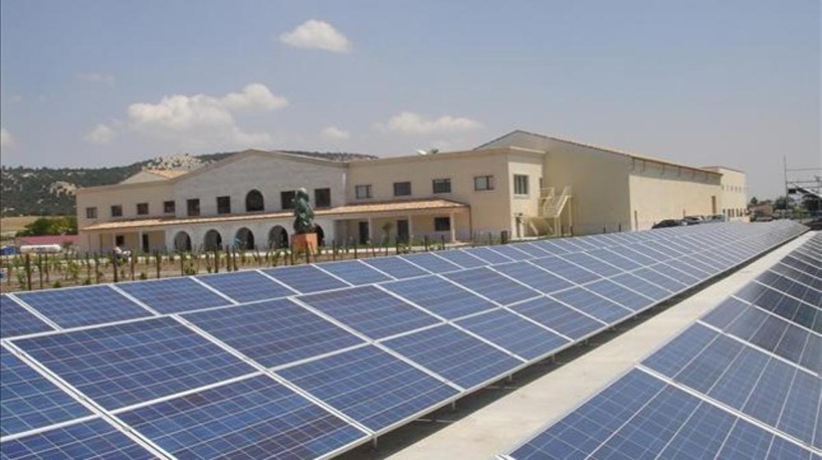 Paneles fotovoltaicos en unas bodegas.