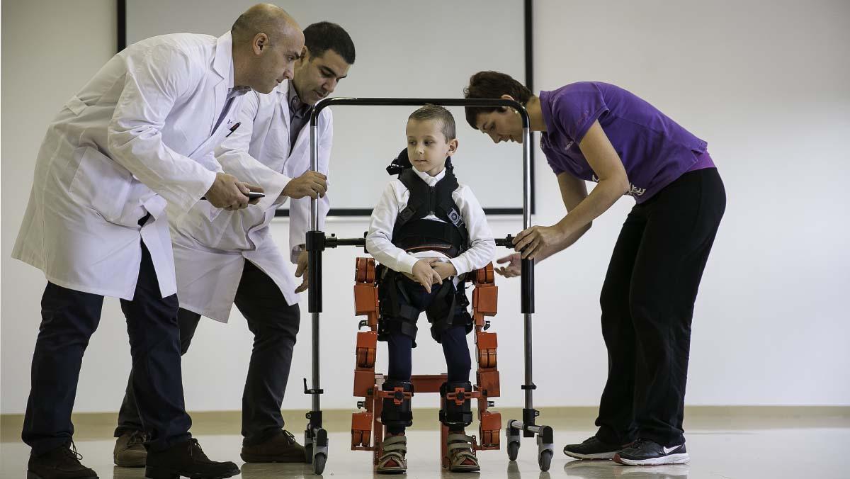 El Hospital Sant Joan de Déu usará un exoesqueleto para ensayar terapias en pacientes con atrofias musculares.