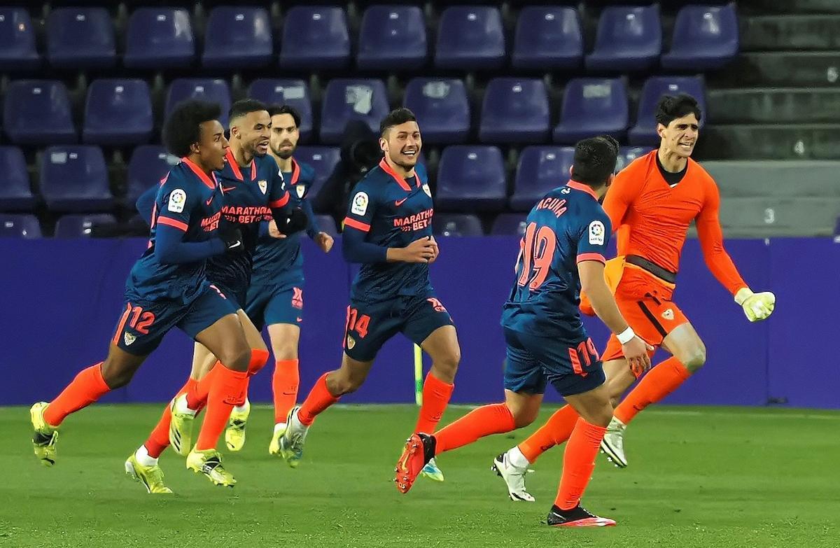 Bounou, portero del Sevilla, celebra el gol que marcó al Valladolid