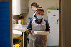 Mary Parsons, la enfermera que ha puesto la primera vacuna de Pfizer en el Reino Unido.