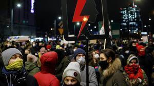 Manifestantes en la protesta de la 'huelga de mujeres' contra el endurecimiento de la ley del aborto en Varsovia.
