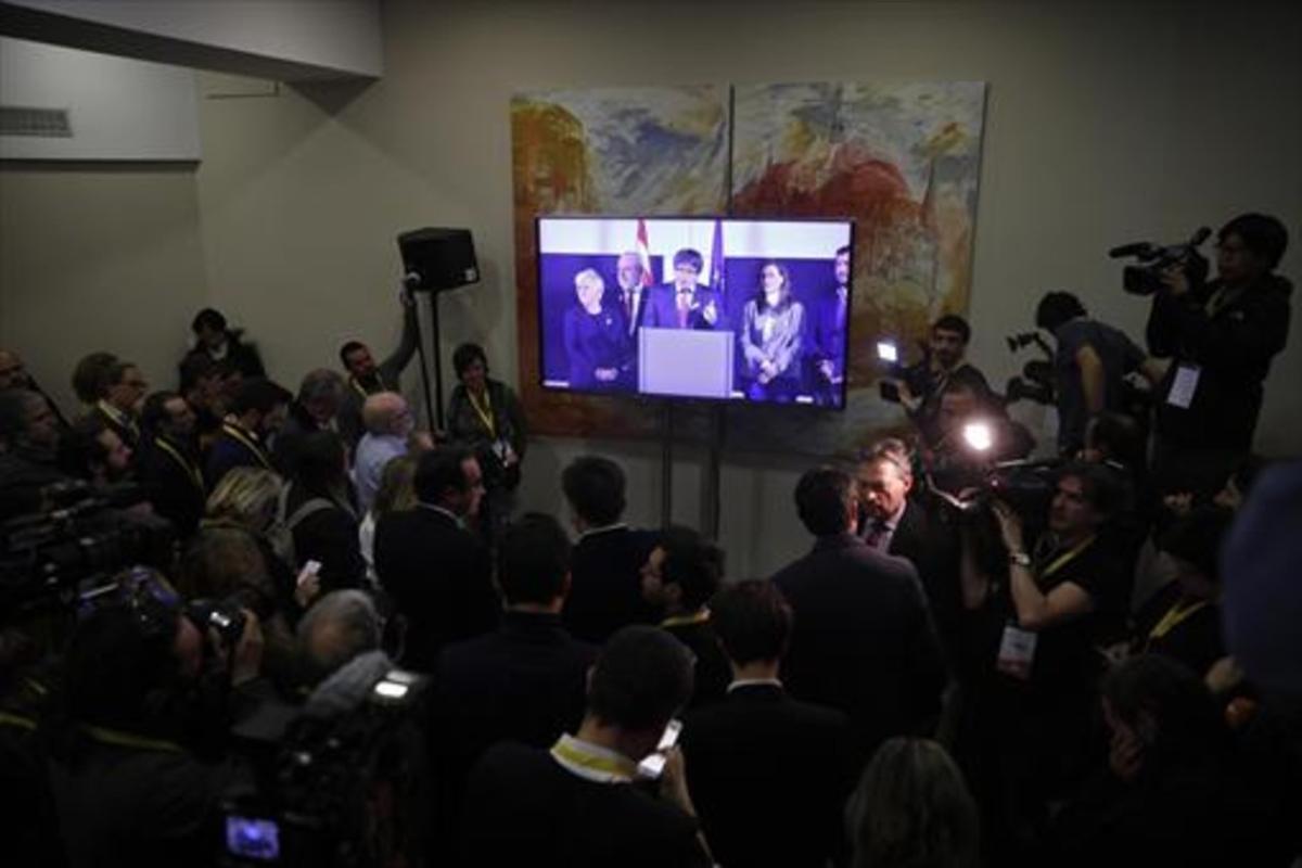 A distancia 8Seguimiento de la rueda de prensa de Carles Puigdemont desde la sede de JxCat, el 21-D.