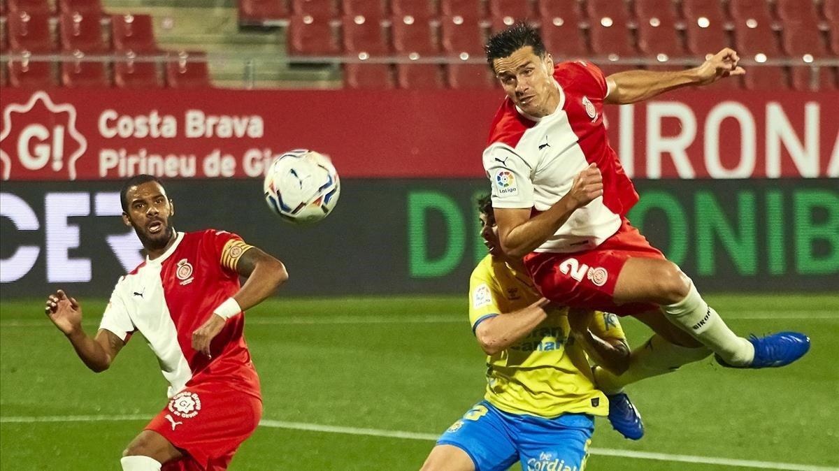 Bernardo, autor del empate a uno para el Girona, remata de cabeza este lunes.