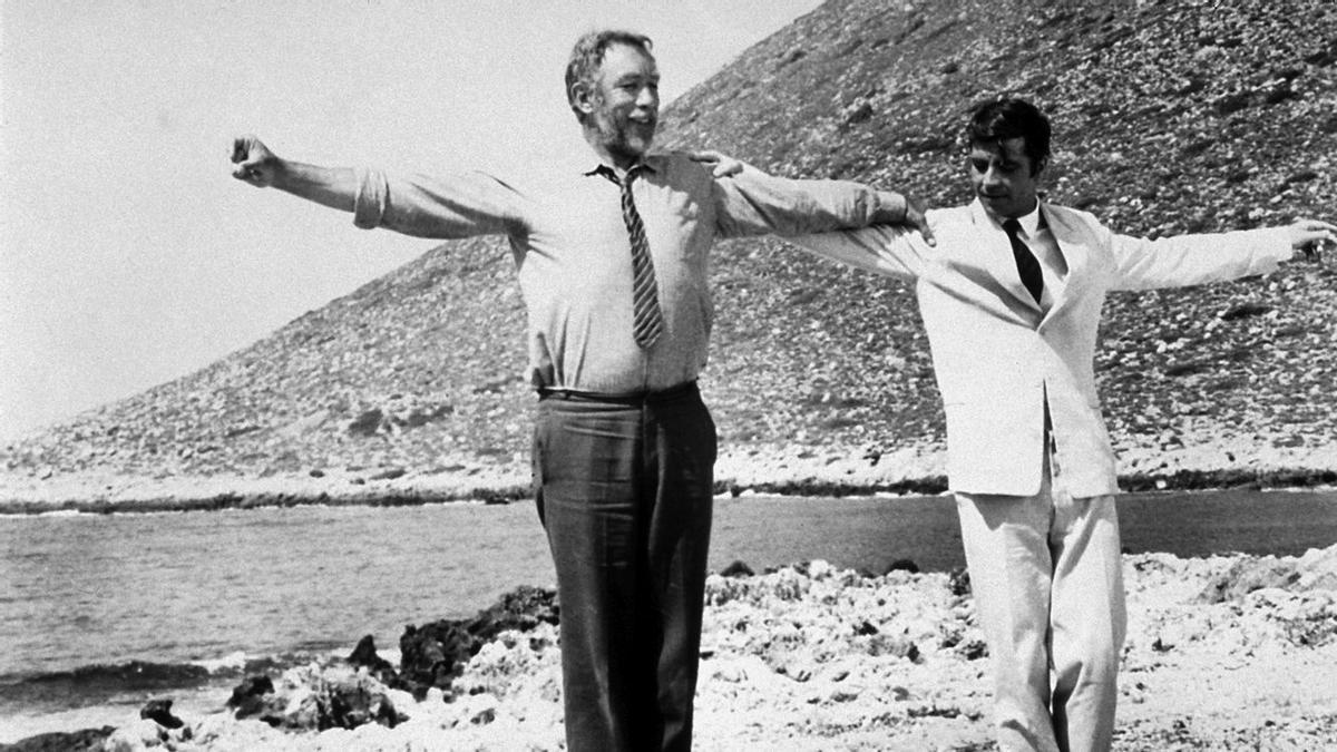 El célebre 'sirtaki' de Anthony Quinn y Alan Bates en 'Zorba el griego'.