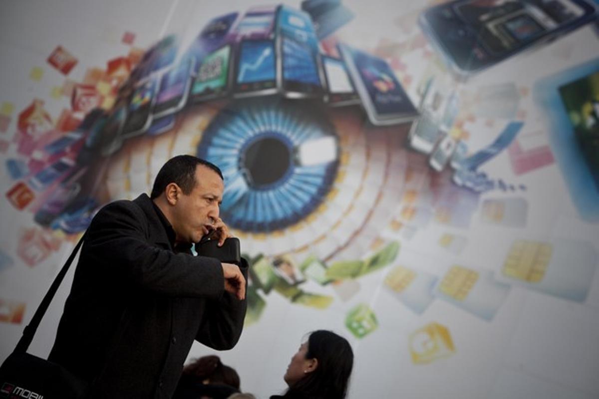 Un asistente al Mobile World Congress habla por teléfono, el pasado lunes, en Barcelona.