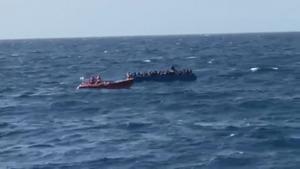 Open Arms inicia el rescate de otros 97 migrantes en el Mediterráneo.