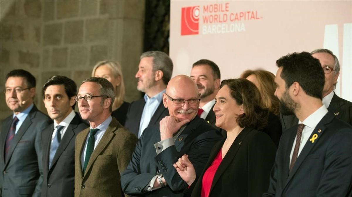 Foto de grupo de los asistentes al acto para mantener el MWC en Barcelona, con John Hoffmann y Ada Colau, al frente, en febrero del 2018.