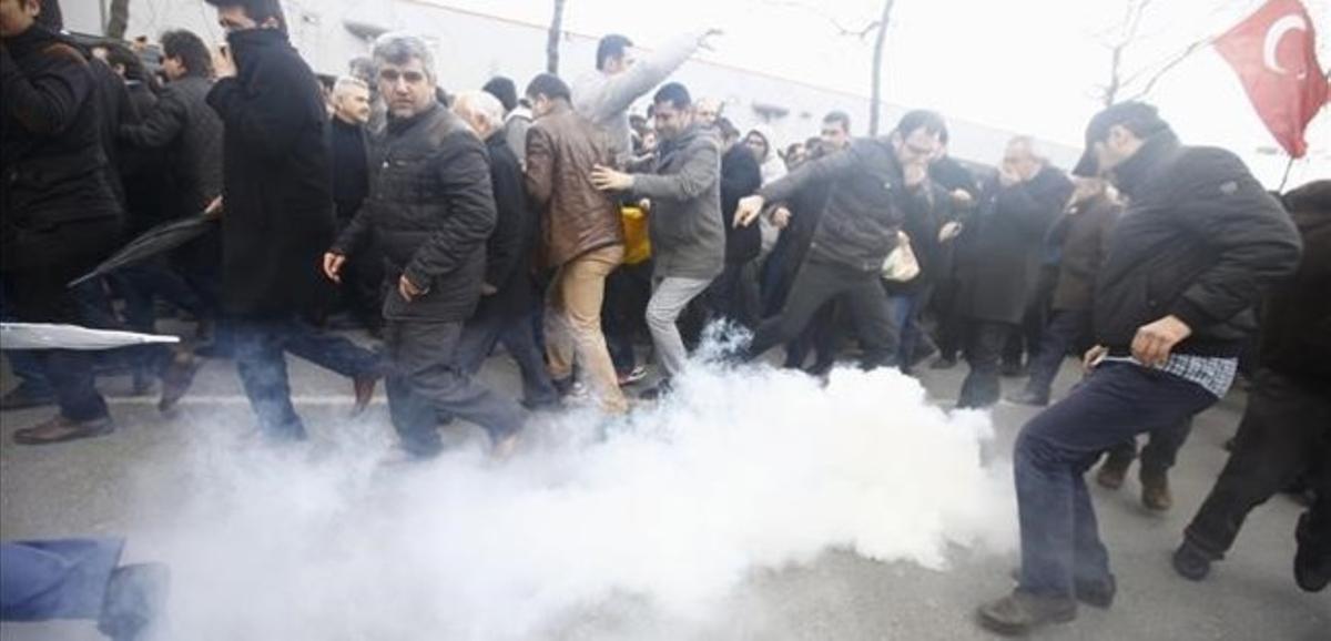 Gases lacrimógenos contra los manifestantes en Turquía a favor de 'Zaman'.