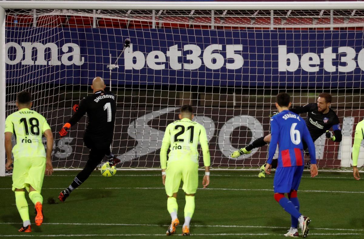 El portero del Eibar Dmitrovic lanza un penalti ante Oblak.