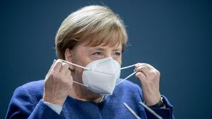 La cancillera alemana Angela Merkel se pone una mascarilla / Reuters