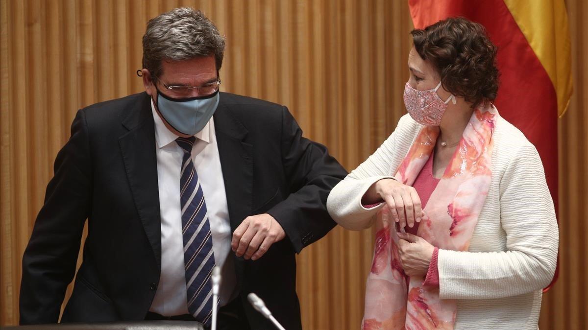 El ministro Escrivá saluda a la presidenta de la Comisión del Pacto de Toledo, Magdalena Valerio.