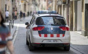 Un coche de los Mossos patrulla por una calle.