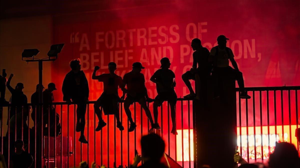 Aficionados del Liverpool en Anfield nada más coronarse campeón el once de Jürgen Klopp tras la derrota del City en el campo del Chelsea.