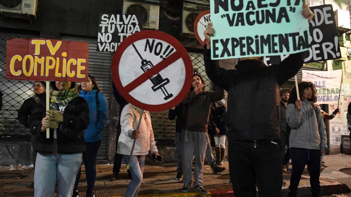 Manifestantes contra la vacuna del covid en Montevideo.