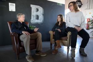 De izquierda a derecha, Martín Fabregat, Sonia Ortiz y Elena Barbero, en uno de los espacios de Blitz Coworking Gràcia.