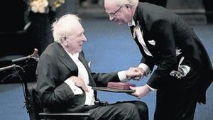 Tomas Tranströmer recibe el Nobel de manos del rey Carlos Gustavo de Suecia, en diciembre del  2011.