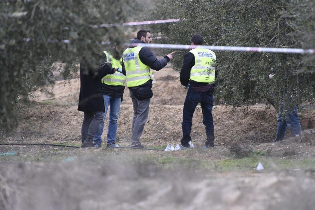 Agentes de los Mossos recogen pruebas en la zona donde murieron losdos agentes rurales.