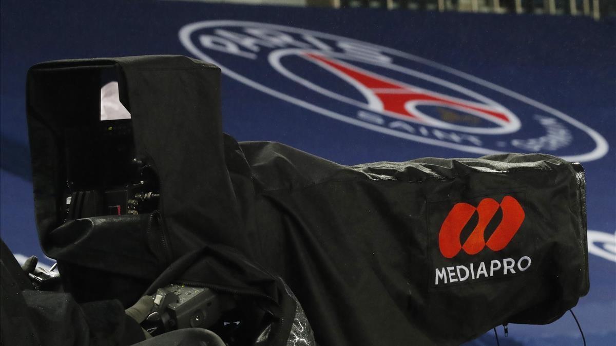 Una cámara de Mediapro en el Parque de los Príncipes antes de un PSG-Olympique de Lyon.