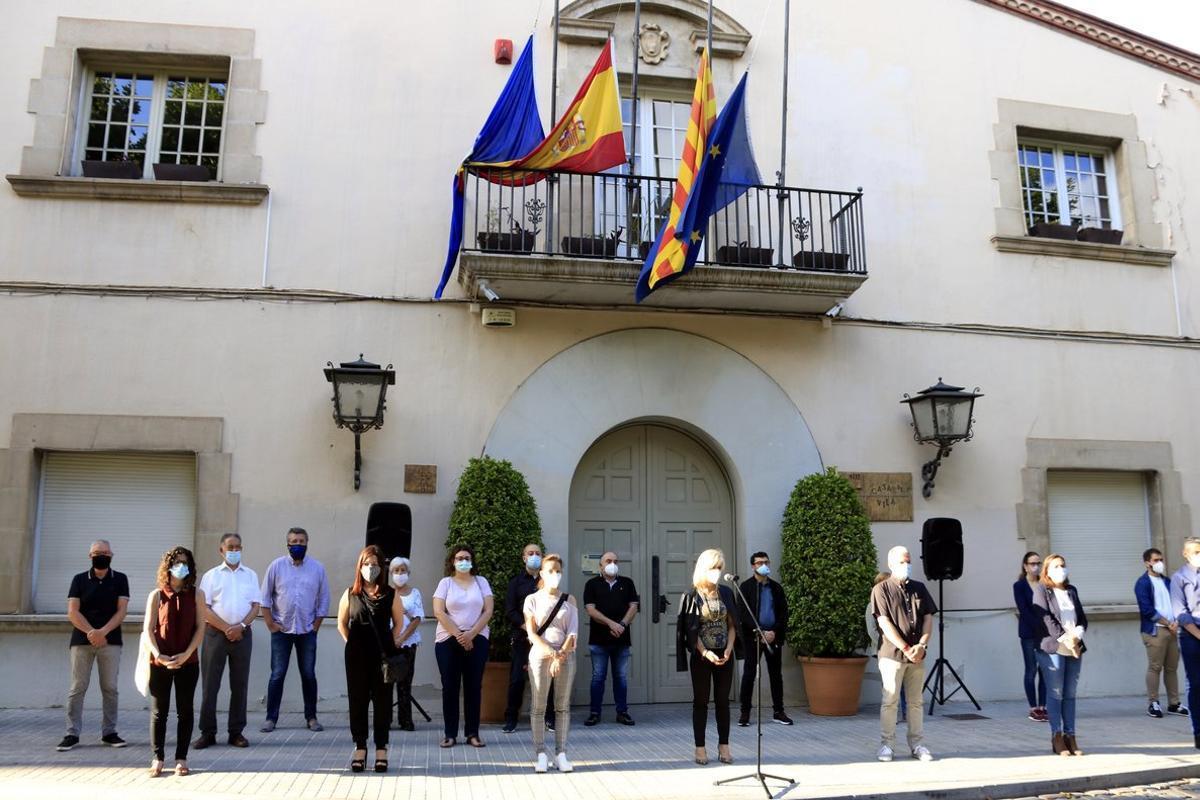 Los concejales de Esplugues realizan un minuto de silencio frente al Ayuntamiento por el asesinato de una mujer víctima de la violencia machista
