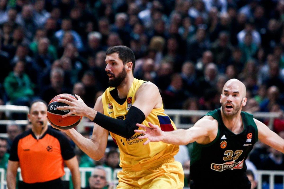 Calathes pugna con Mirotic, su nuevo compañero en el Barça, en un partido de la última Euroliga en la pista del Panathinaikos.