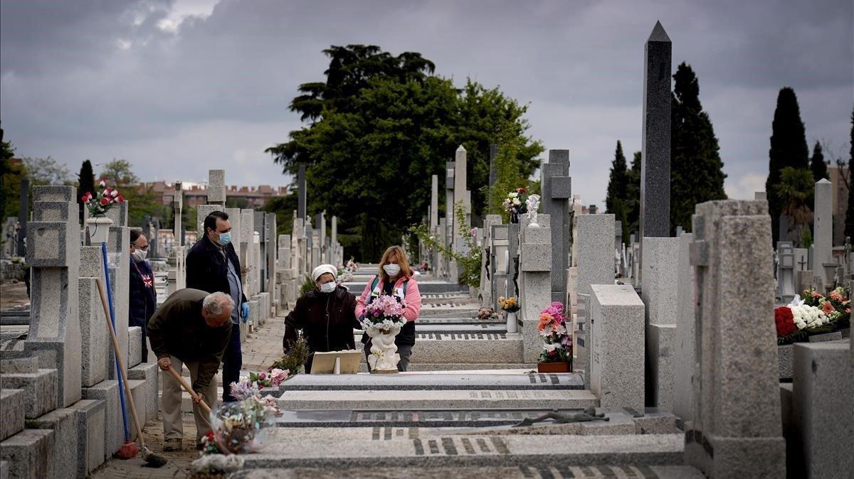 Silencio. Sólo el ruido de la pala echando arena rompe el silencio en el cementerio Sur de Madrid, el 7 de abril. Siempre he intentado ser discreto en mi trabajo. En estos casos aún más. Mantengo la distancia para no molestar y me encuentro con familias que me agradecen que les acompañe en estos momentos en los que no pueden estar todos los que deberían acompañarles.