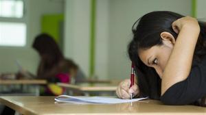 Una alumna de bachillerato realiza un examen en un instituto de Barcelona, en una imagen de archivo.