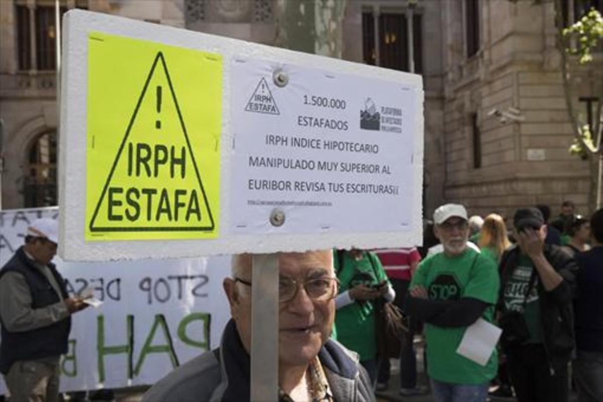 Protesta de afectados por el índice IRPH ante la Audiencia Provincial de Barcelona.