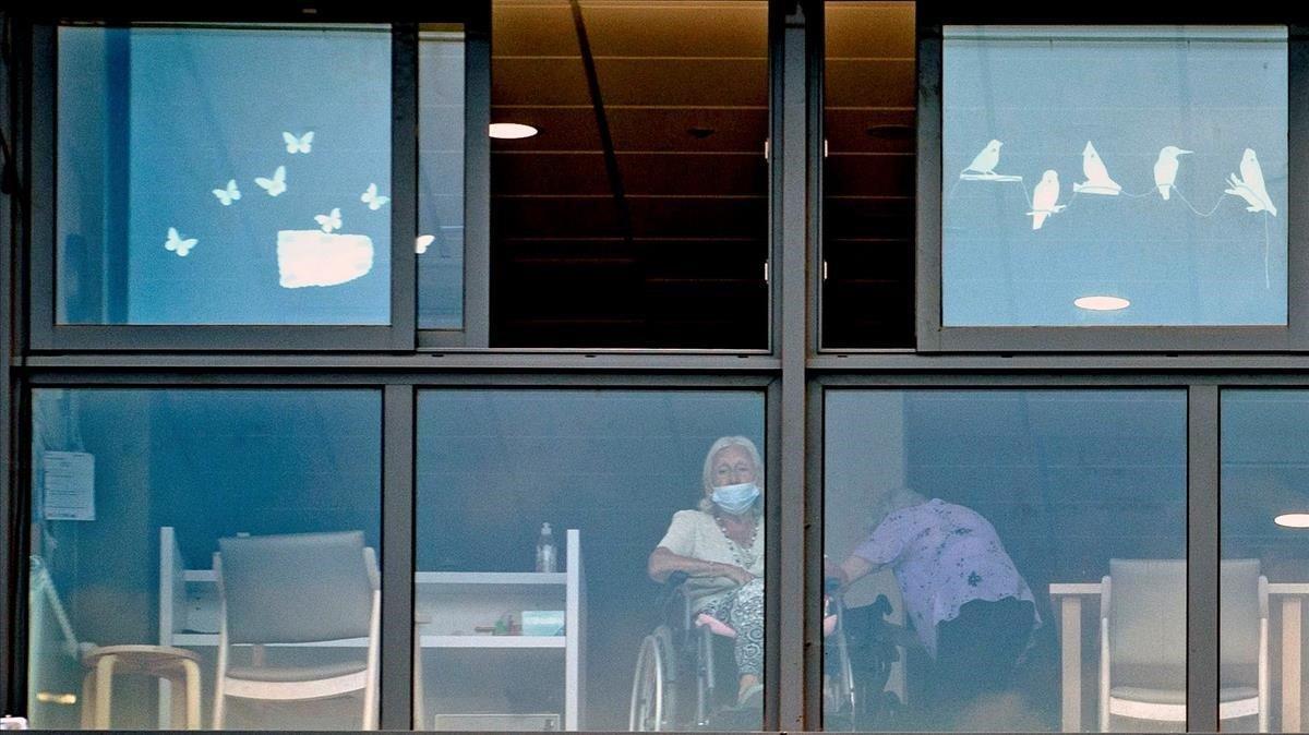 El covid-19 assetja els geriàtrics i tensa encara més les ucis a Catalunya